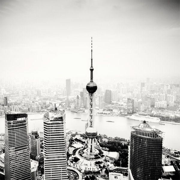 Захватывающая «рентгенография». Черно-белые фотографии городов Китая ночью. Светлые места на фотография ночью сверкают огнями. Огни китайских мегаполисов от Мартина Ставарса
