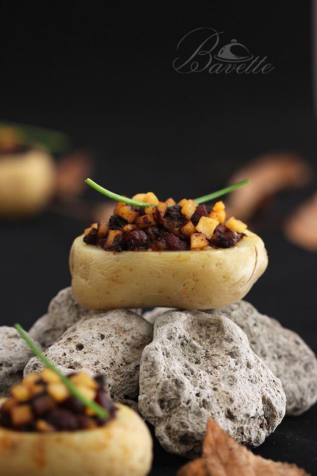 Patata rellena de morcilla y manzana caramelizada con soja y miel | Bavette