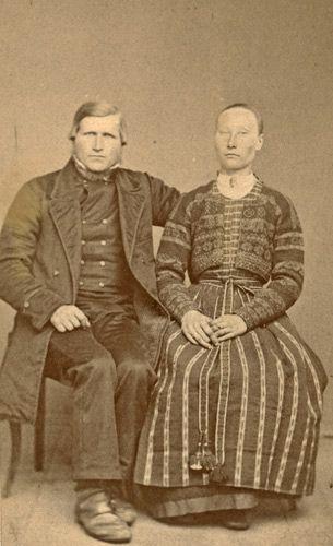 Par i folkdräkter från Delsbo, Hälsingland.