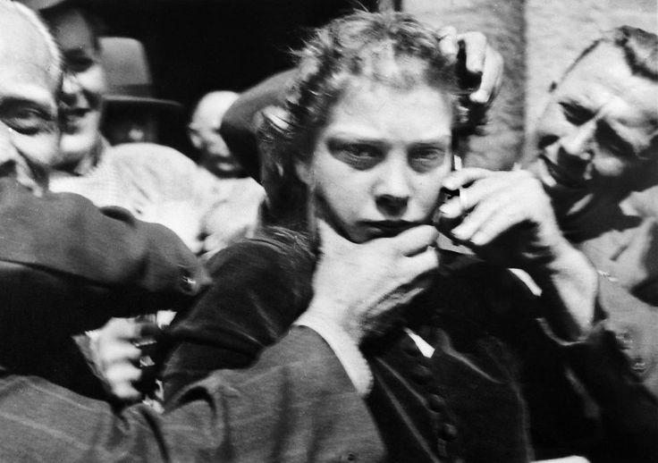 NÅDELØS HEVN: Mange av kvinnene som innledet forhold til tyske soldater – de såkalte «tyskertøsene» – ble offentlig ydmyket og avstraffet etter krigen.