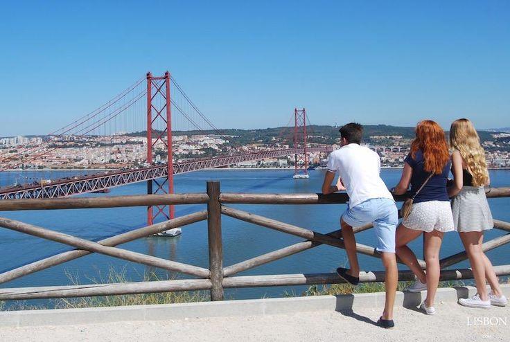 Miradouro do Cristo Rei   O monumento fica na margem sul do Tejo em Almada, mas a vista panorâmica é toda de Lisboa. O terraço em frente à imagem de Cristo fica mesmo por cima da Ponte 25 de Abril, e a vista vai de Belém a Alfama.