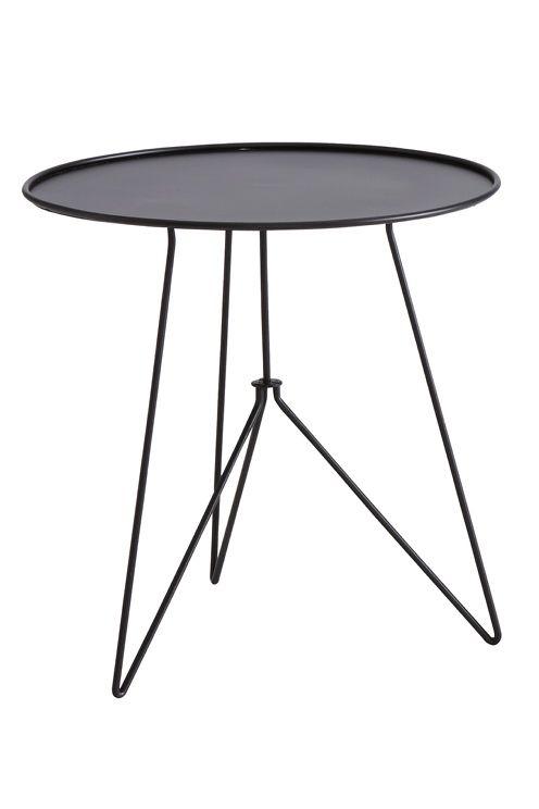 Runt lättplacerat trädgårdsbord av lackad metall. Ø 61 cm. Höjd 61 cm. Lev. omonterat. <br><br>
