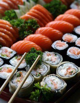 Ingredientes:   2 folhas de alga nori;  4 xícaras de arroz japonês cozido somente em água;  2 colheres de sopa de su (vinagre de arroz);  2 colheres de sopa de saquê;  1/2 lata de atum sólido ou 1 lata de polvo em conserva;  salsa e cebolinhas picadas (ou nira);  2 colheres de sopa de gergelim branco;  2 colheres de sopa de gergelim preto;  sal.