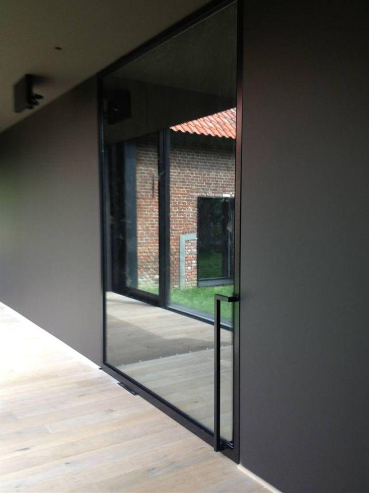 Stalen deur met zwart kader en spiegelglas