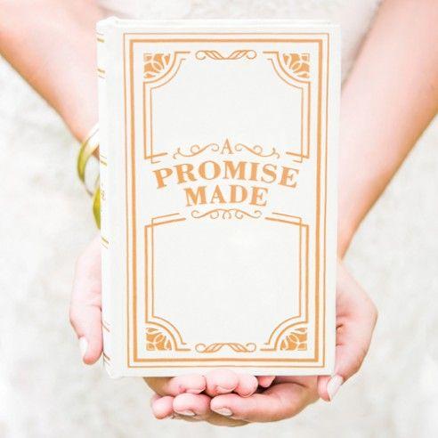 Op zoek naar een originele manier om jullie ringen naar voor te laten brengen? Dan is dit doosje zeker iets voor jullie! Naast de ringen kan je er ook jullie huwelijksgelofte in opbergen. Geen gesukkel met papiertjes maar alles netjes op één plaats weggeborgen. Het doosje, in de vorm van een boek, kan je na het huwelijk uiteraard nog gebruiken als juwelendoosje.
