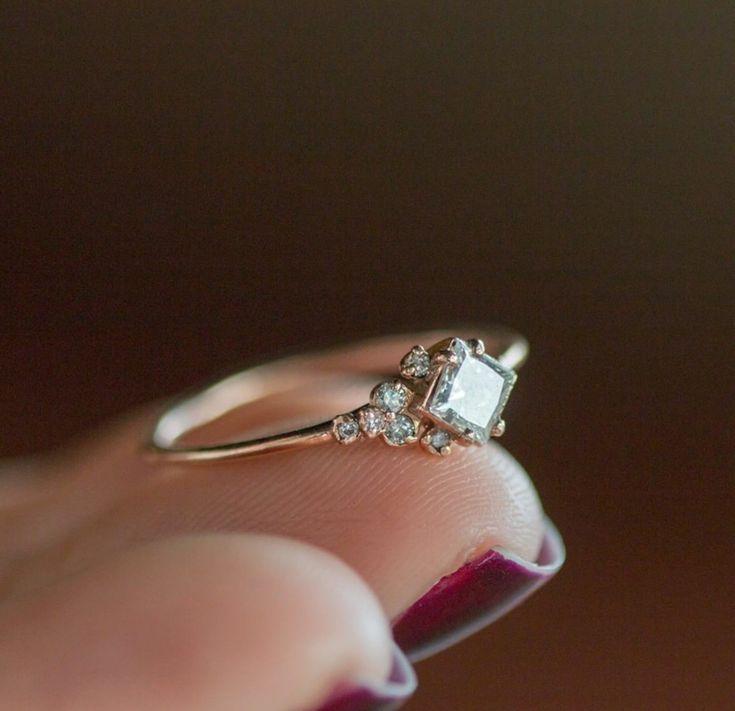 anillo de compromiso muy simple y único #Diamondssimple # EngagementRing …