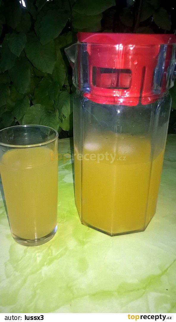 Odšťavníme  pomeranče.Šťávu přelijeme přes sítko do džbánku asi cca litr a půl. Přidáme cukr podle chuti. Zamícháme s perlivou vodou.Přidáme led...