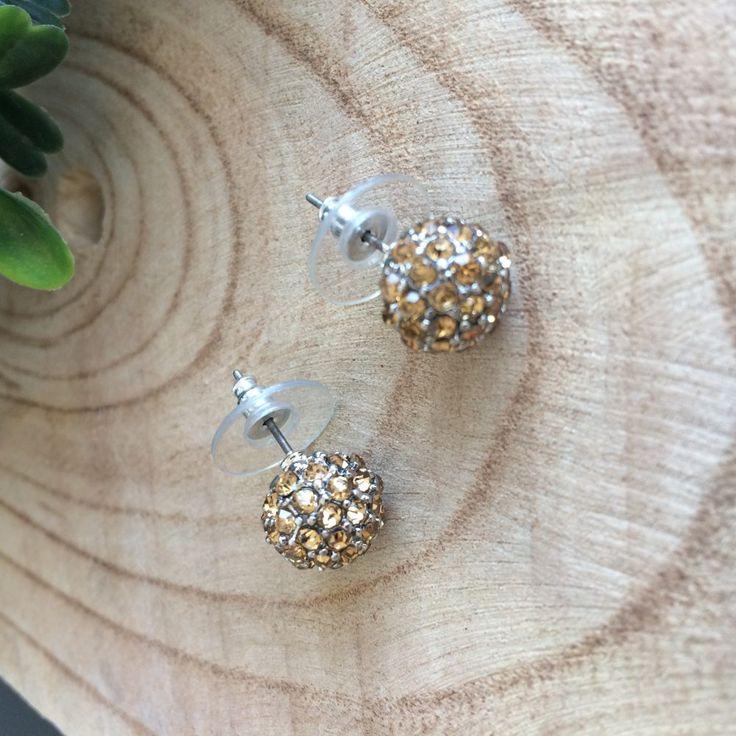 Zilverkleurige oorbellen strass steentjes geel. In de vorm van een bolletjes. 1 cm x 1 cm. Leuk voor de feesdagen. Als er licht op valt schitteren ze volop.