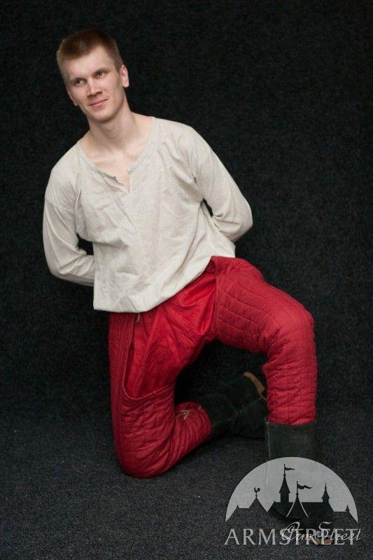 Pantaloni chausses medievali sotto armatura
