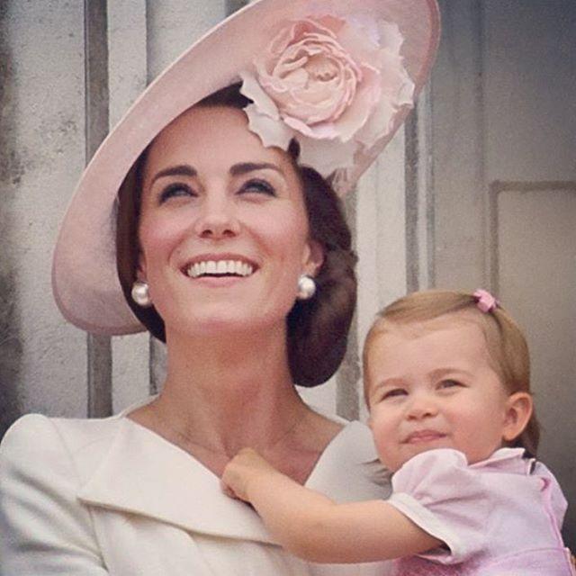 A duquesa de Cambrigde, Kate Middleton, e a filhota Charlotte, assistem a apresentação da Força Aérea Britânica durante as comemorações dos 90 anos da rainha Elizabeth II. #royalfamily #90anos #queen #cool #godsavethequeen ⭐️