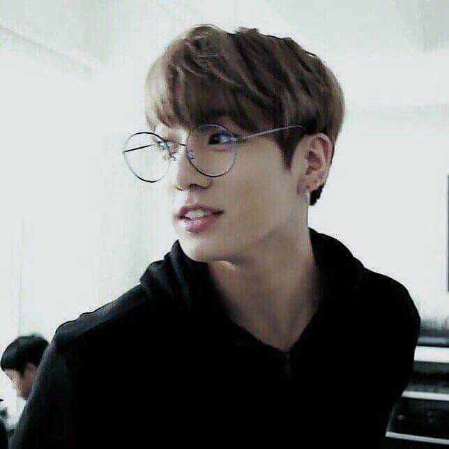 Esse menino fica bonito com qualquer coisa! Se eu ussar um óculos vou parecer um ET || BTS - Jungkook