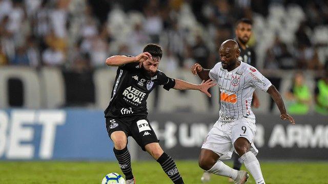 Joao Paulo Disputa Lance Com Vagner Love Botafogo Campeonato Brasileiro Esporte