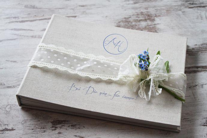 Individuell gestaltete Gästebücher: geprägtes Hochzeitslogo auf hochwertigem Leinen, Innenseiten bedruckt, handgefertigt.    http://hochzeit-mit-konzept.de