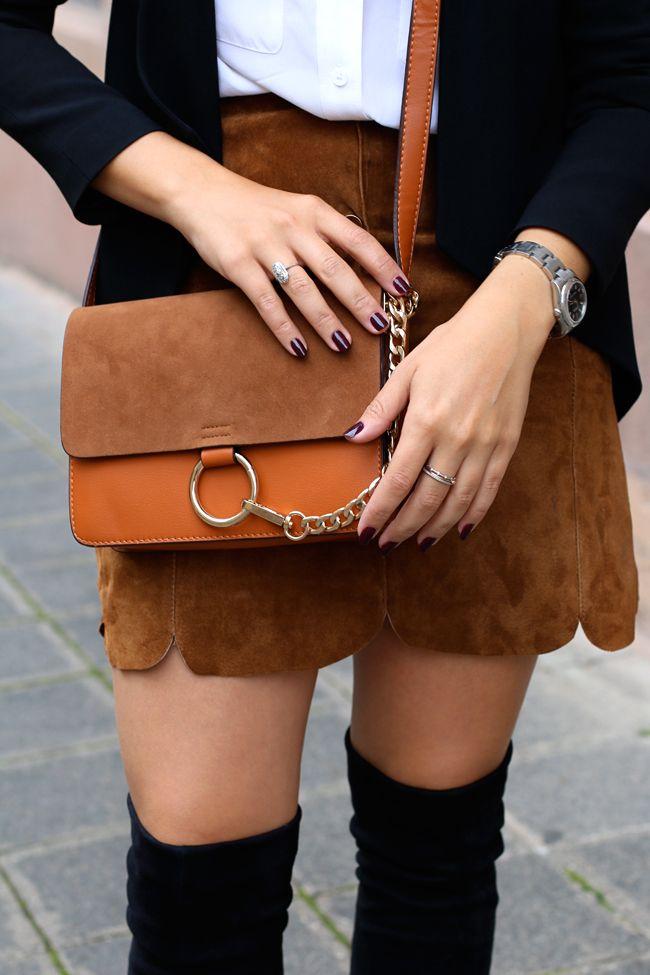 Die schönsten Röcke zur Übergangszeit findet Ihr hier: http://www.mode.com/stories/r%C3%B6cke-in-der-%C3%BCbergangszeit/14067441  Wildlederrock mit Knopfleiste, silberne Schnürschuhe, blauer Trenchcoat, Chloe Faye Lookalike, Outfit mit Overknees, Wie Overknees tragen, Herbstlook mit Rock, Herbstlook mit Overknees, Moderner Look mit Blazer, Fashionblog Nürnberg