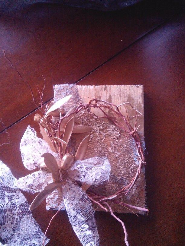 Ξυλινο πινακακι με ξυλινο στεφανακι δαντελα και  κλαδι ελιας