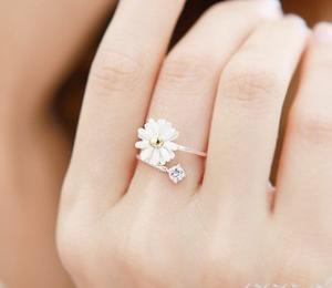 Sweet: Cute Rings, Daisies Rings, Diamonds Rings, Flowers Power, New Fashion, Wedding Rings, Little Flowers, Chrysanthemums Flowers, Flowers Rings