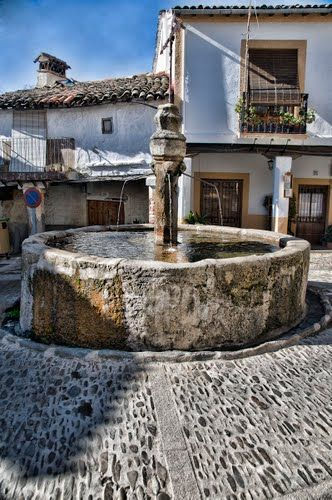 Los Tres Chorros fuente a Guadalupe, Cáceres, Extremadura es una fuente del Siglo XV. Este fuente es parte de una sistema de agua que es la sistema más vieja en todo de España.