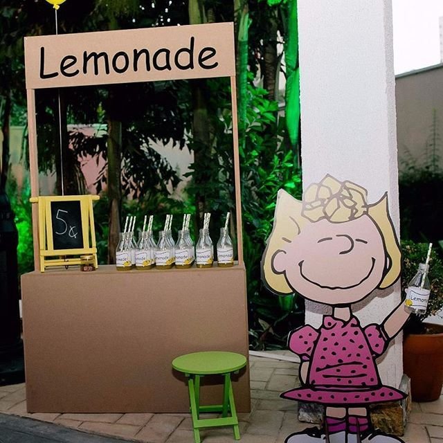 #mulpix Quem quer Limonada??? Muita paixão por essa barraquinha da @edswood_projetos  Snoopy e sua turma para o primeiro ano do Antonio. Projeto e decoração @silviaroverieventos Espaço @pracapitangueira Móveis e peças @popmobilelocacao Bolos e doces decorados @tammymontagna Recortes em mdf, lembrancinhas e papelaria G3design Chalkboard @designnopapel Balões @balaocultura Barraquinha Lemonade e Casinha Snoopy @edswood_projetos Fotografia @katiarodriguesfotografia e @nina.bedacchi…