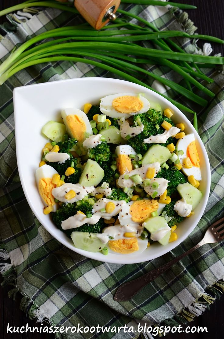 Sałatka z brokułem, kukurydzą i sosem feta