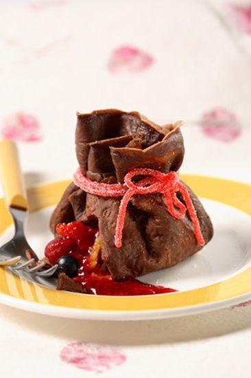 Aumônières de crêpes au chocolat, trésor de fruits : la recette facile
