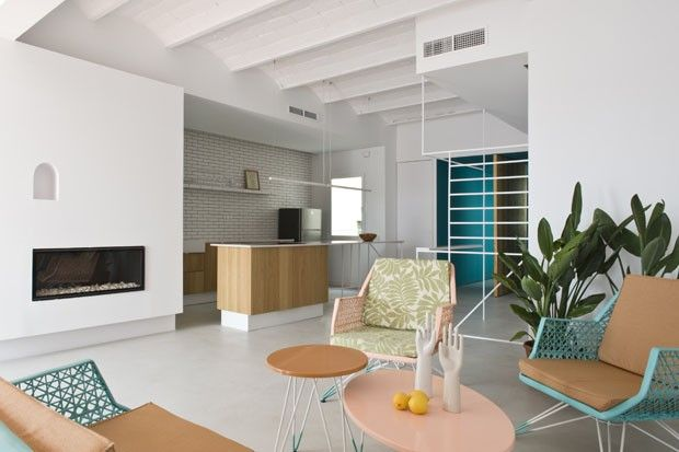 Alternativas simples transformam lar. Apartamento espanhol ganha luz e cara nova