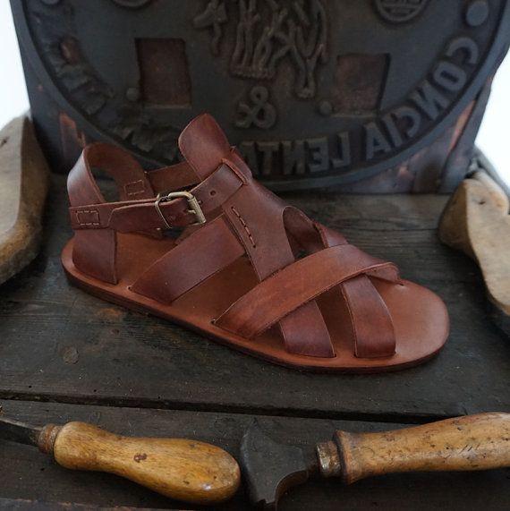 Sandalia artesanales de cuero curtido sin pigmentar .
