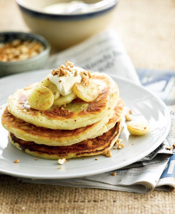 Bereiden: Meng bloem, melk, eieren, suiker, kaneelpoeder en zout tot een glad beslag. Bak van het beslag pannenkoeken. Bak eerst de ene kant, leg er plakjes banaan in, draai de pannenkoek om en bak de andere kant goudbruin. Serveren: Serveer met extra banaan, yoghurt of zure room en strooi er geroosterde cashewnoten over.