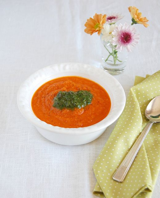 Roasted tomato soup with pesto / Sopa de tomates assados com pesto by Patricia Scarpin, via Flickr