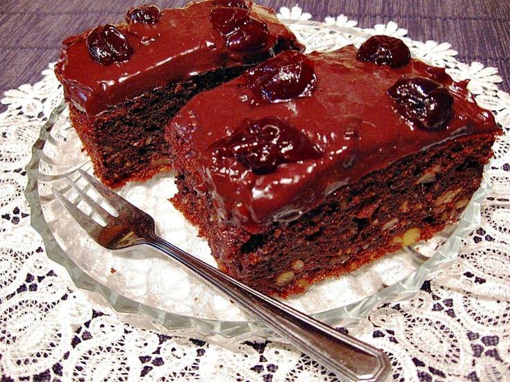 Csábító csokoládés finomság, mennyei pudingos krémmel és meggy befőttel! Remek desszert!