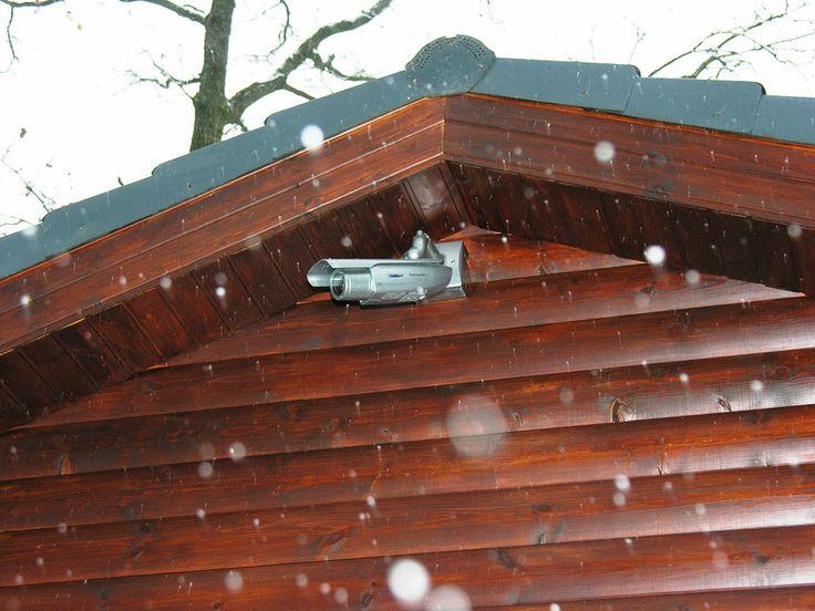 Уличная видеокамера на загородной постройке