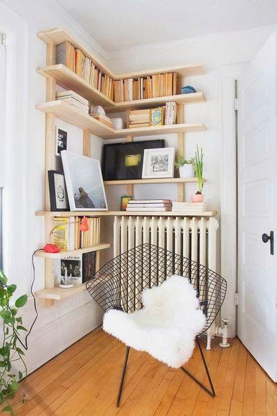 Blog - 30 inspirations #déco pour votre #salon #bibliothèque > ♡ On aime : Ce coin lecture cosy, parfait pour un angle de pièce inutilisé ✐ On retient : Les étagères en bois brut : économique, facile à réaliser soit-même et avec un bel effet déco | @mydecolab