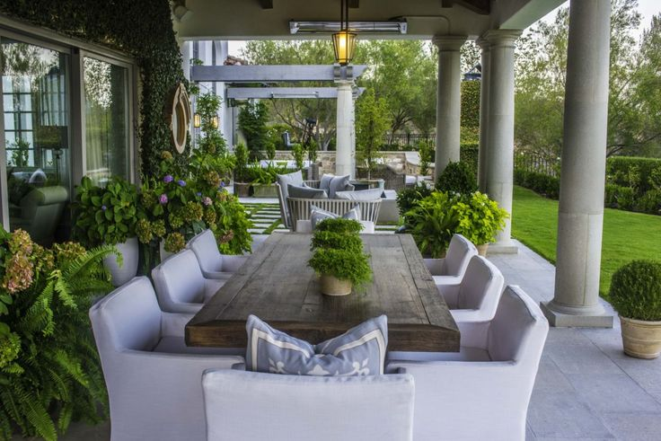 This refreshing outdoor dining space was completed by Terra Bella Landscape Development. #luxeSoCal