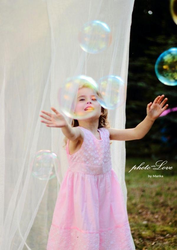 Dziewczynka i bańki mydlane, sesja dziecięca