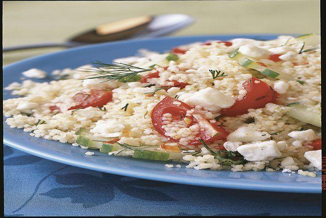 Cette salade grecque n'est pas seulement savoureuse, elle est bonne pour la santé. Elle est composée de couscous, de concombres, de tomates, de feta et d'aneth haché.