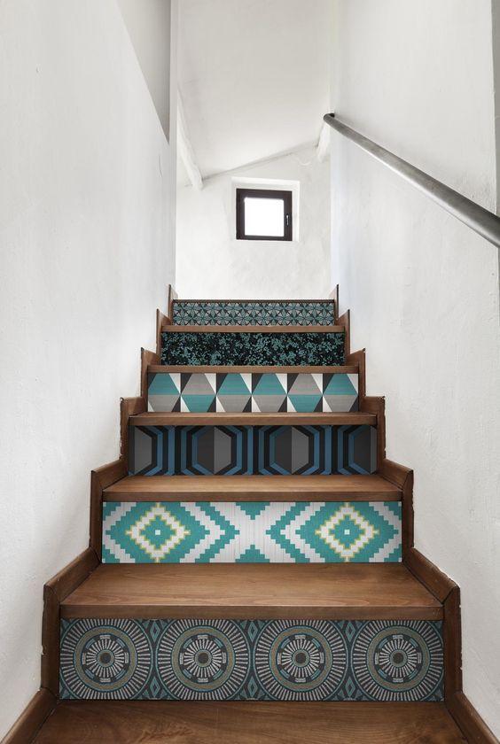 Papier peint graphique sur les escaliers #houses #interiors #design #deco…