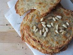 Käse-Nuss Brot (LCHF) - ergibt 6 Taler (eher Knäckebrotähnlich): 125 g Mozzarella 70 g Emmentaler 100 g gemahlene Mandeln (blanchiert) 50 ml Wasser Salz, Pfeffer, Thymian 1/2 Chilischote (frisch oder getrocknet) - Insgesamt: 6 g Kohlenhydrate, 94 g Fett, 66 g Eiweiße, kcal: 1158 (pro Taler: 1 g Kohlenhydrate, 16 g Fett, 11 g Eiweiße, kcal: 193 Kcal)