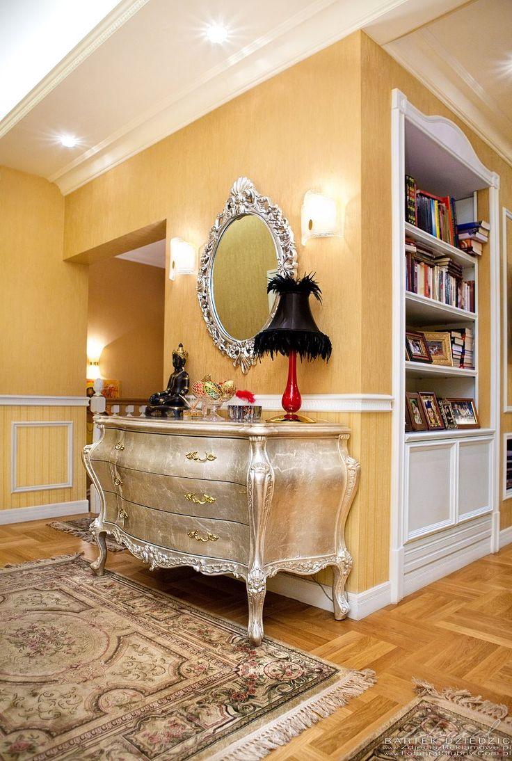 Zdjęcia reklamowe kraków. Piękny apartament. Projekt wnętrz obejmował cały apartament. Na zdjęciu hol z piękną komodą, zdjęcia przedstawia także część pokoju dziennego.