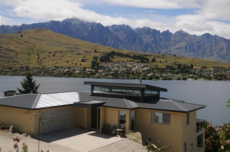 Tahuna House: Outside view with The Remarkables in the background