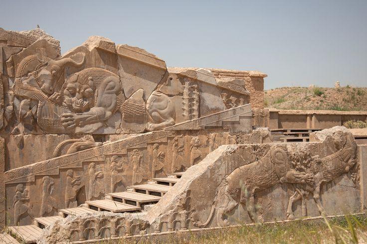 Persépolis, capitale de l'empire perse dans la plaine de Marvdasht, au pied de la montagne Kuh-e Rahmat dans le nord de l'Iran, ancienne capitale de l'empire perse achéménide, détruite par Alexandre Le Grand en 331 av. J.-C. Ses ruines ont été étudiées dès le 19e par les premiers grands voyageurs scientifiques. Les plus connues sont le palais de Darius (Tachara) ou le palais des 100 colonnes. aujourd'hui classé au Patrimoine Mondial par l'Unesco.