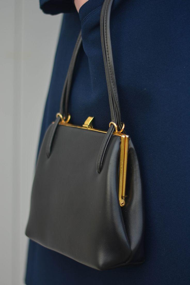 Petit sac vintage des années 50 et son fermoir retro disponible sur la friperie en ligne Capharnaüm ! #capharnaum #friperie #friperieenligne #vintage #retro #années50 #50s