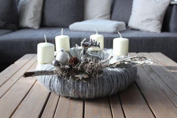 AW84 – Adventskranz aus Wolle, dekoriert mit natürlichen Materialien, silberfarbenen Sternen, Kugeln und einem Hirschen! Preis 49,90€ Durchmesser ca 40cm Aufpreis Kerzen 8,00€