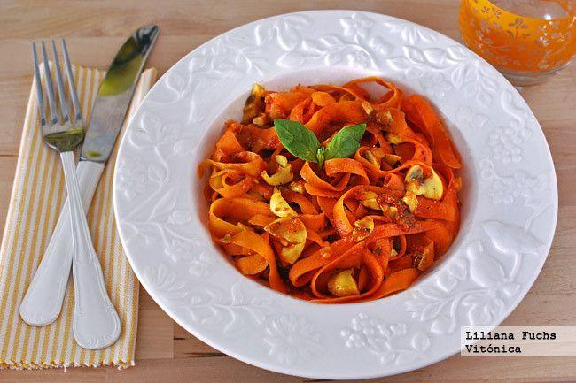 Receta de falsos tallarines de zanahoria en salsa de tomate y champiñones. Con fotos del paso a paso, consejos y sugerencias de degustación. Rece...