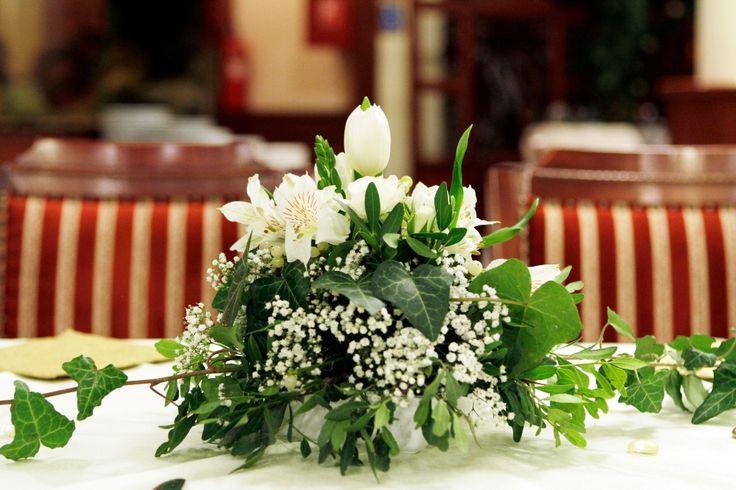flower decoration, table decoration, winter mood, hedera, mistletoe, asztaldísz, virág dekoráció, fagyöngy, borostyán