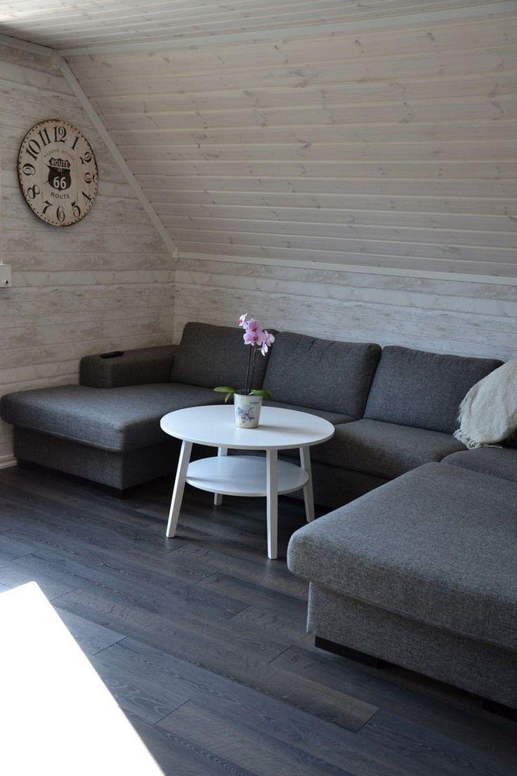 lambris bois blanc dans le salon sous les combles aménagé avec un canapé gris et une table basse blanche
