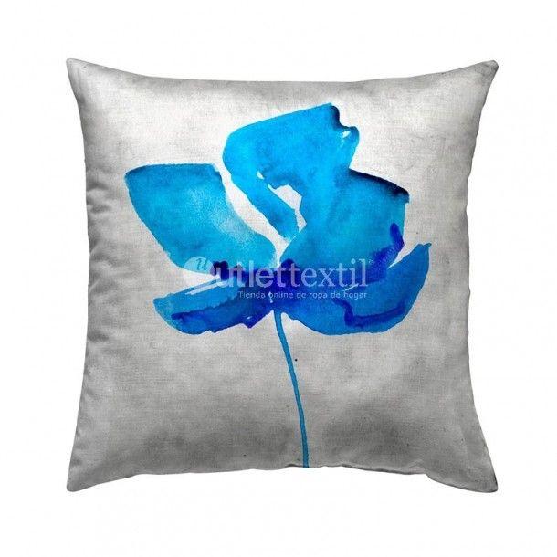 Cojín Decorativo 9101A Zebra Textil. Funda de cojín decorativo de estampado digital de una flor en tonos azules. Perfecto para combinar con la funda nórdica 9001 Zebra Textil.