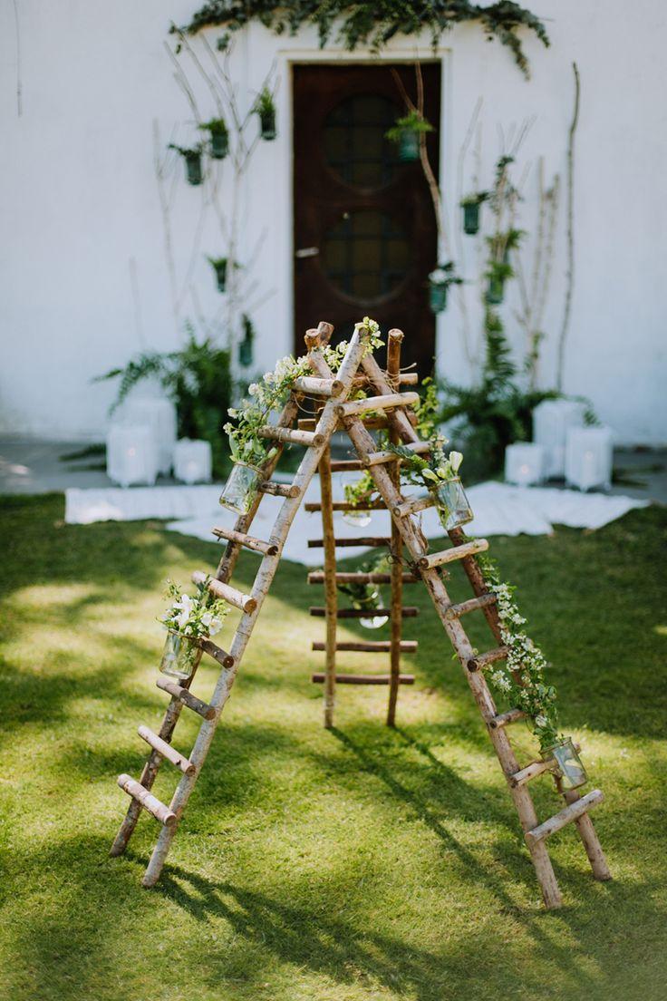 Échelles décoratives imaginées par Elisabeth Delsol pour la cérémonie laïque de nos mariés.
