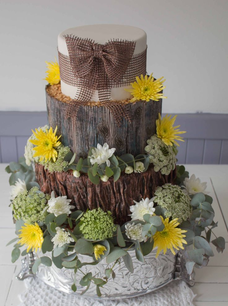 Woodland cake: a gorgeous informal cake for a country wedding. Can change the flowers to suit the chosen colour palette.