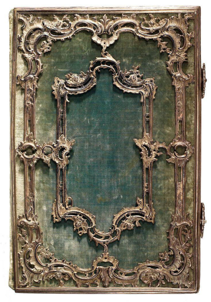 Magnifique  reliure ancienne.  Einband mit Samtbezug und aufwendigen Silberschmiedearbeiten, Anf. 17. Jh. An den unteren Stehkanten ist eine etwa 60 cm lange Tragekette befestigt (RB.Th.lit.d.33-m).