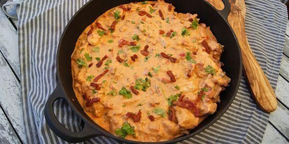 God og gedigen paprikagryde med kylling, bacon og peberfrugt i en cremet paprikasovs. Den smager suverænt og er virkelig nem at lave.