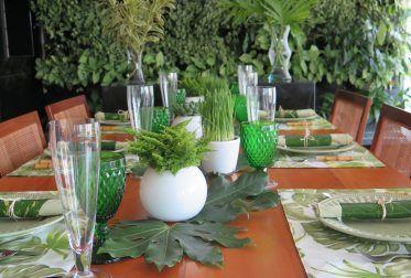 Veja como e por que usar o sousplat. As flores em tons de azul, lilás, branco e velas essa mesa está imperdível! Muito romântica. Vem conferir!